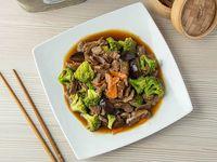 plato de carne al wok con salsa especial acompañado de hoja de mostaza o brocoli