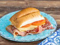 Sándwich jamón crudo, queso y tomate