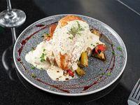 Suprema de pollo a la salsa de mostaza antigua con verduras asadas al horno