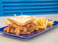BLT sándwich con papas fritas