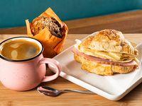 Promo desayuno Maldito desayuno - Croissant artesanal con jamón de pavo y queso + café 12 oz o té + muffin artesanal de amapola y zanahoria
