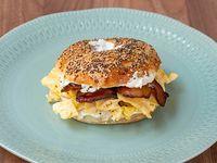 Huevo y panceta bagel con papas rústicas