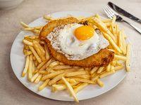 Milanesa de carne, pollo o cerdo más papas fritas y huevo frito