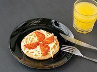 Pizzeta jamón y queso pimentón aceituna peperoni más jugo
