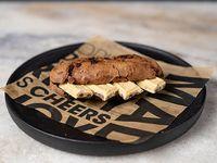 100 - Montadito de hershey cookies and cream, en pan de chocolate