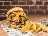 Hamburguesa con cheddar y bacon con papas fritas