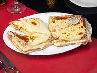 Sándwich caliente de jamón, queso de sándwcih y muzzarella