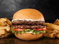 Doble Clásica Burger con papas fritas