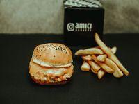 3 cheese burger con papas fritas