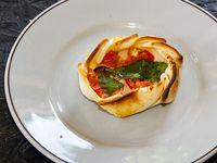 Canastita tomate y queso con albahaca