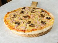 Pizza muzzarella con jamón y champignones