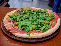 Pizza jamón crudo, rúcula y parmesano