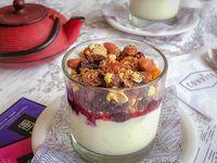 Vaso de granola, yogurt y frutas de estación