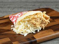 Arepa de pollo con queso blanco
