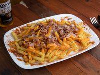 Papas fritas con panceta y queso cheddar