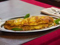 Omelette de jamón, queso y champignones