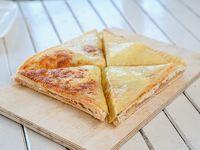 Sándwich caliente de jamón y queso muzzarella cubierto con extra muzzarella