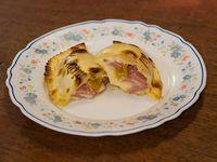 Empanada de salchicha, mostaza y muzzarella