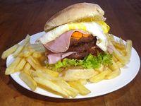 Hamburguesa XXL con papas fritas