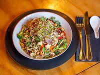 Noodles con champiñones y vegetales salteados