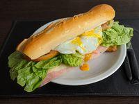 Sándwich de milanesa completo con huevo