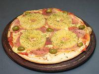 Pizza con jamón crudo y ananá