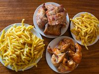 Promo para 2 - 1/2 pollo + papas fritas jumbo + 4 empanaditas de queso muzzarella + 4 nuggets de pollo sadia + bebida de 1.5 L