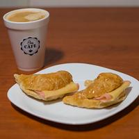 Promo -  Café grande a elección + 2 medialunas rellenas con jamón y queso