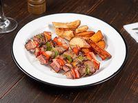 Brochettes con salsa BBQ y papas rústicas
