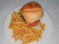 Hamburguesa al pan con lechuga, tomate, mayonesa y huevo + fritas