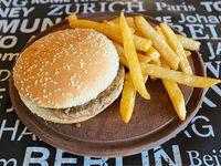 Hamburguesa sola grill a la plancha acompañado con torre de papas fritas