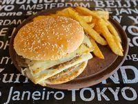 Hamburguesa doble acompañado con torre de papas fritas
