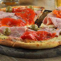 Pizza con jamón de cerdo natural y morrones