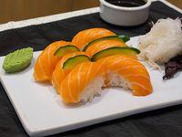 Nigiri de salmón rosado