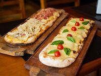 Promo - Medio metro de pizza con muzzarella + porción de fainá + agua saborizada Aquarius 600 ml