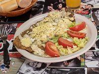 Milanesa fugazzeta con ensalada