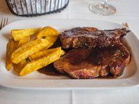 Bondiola braseada con salsa teriyaki y torre de batatas fritas