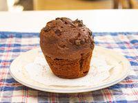 Muffin de chocolate con chips de chocolate con corazón de dulce de leche