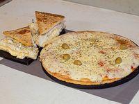 Promo Mama - Pizza con muzzarella grande + 2 porciones de fugazzeta rellena + 2 fainá