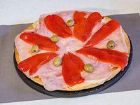 Pizza grande con jamón y morrones