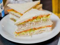 Sándwich de miga especial de pollo