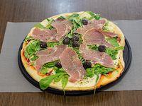 Pizza con jamón y rúcula