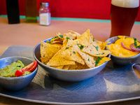 Nachos con queso cheddar y guacamole