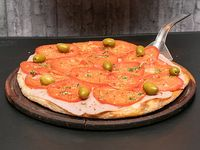 Pizza napolitana con jamón a la piedra