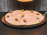 Pizza muzzarella con jamón a la piedra