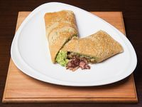 099 - Panqueque de queso azul, palta, panceta y cebolla