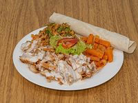 Shawarma al plato con ensalada tabule, ensalada de zanahorias y pimientos, y ensalada mixta + pan pita