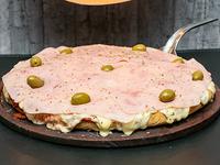 Pizza muzzarella con jamón al molde