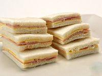 Bandeja de 32 sándwiches mixtos