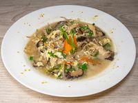 Sopa de hongos chinos con pollo